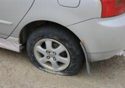 лопнула шина на автомобиле